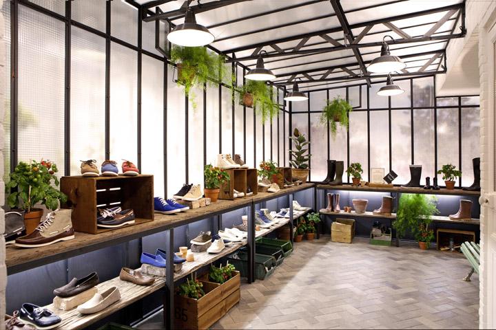 Entrez dans l'univers très soigné du dernier flagship store à Paris de la marque AIGLE.