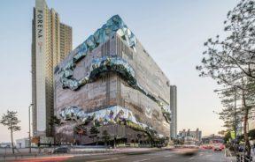 The Galleria Gwanggyo pose un rocher à Seoul